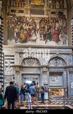 Tourists entering into Piccolomini Library Duomo di Siena (Siena Cathedral), Tuscany, Italy - Stock Image