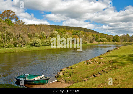 BALLINDALLOCH CASTLE AND GARDENS BANFFSHIRE SCOTLAND RIVER AVON IN SPRING WITH MOORED FISHING BOAT - Stock Image