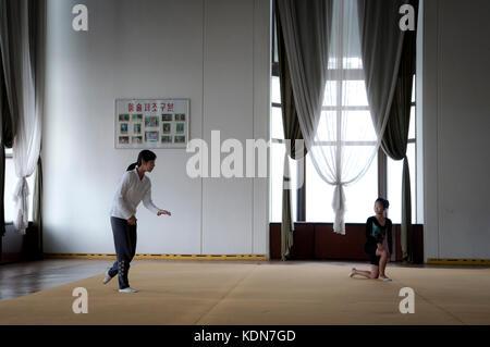 Des jeunes coréennes en répétition de danse classique au palais des enfants de Pyongyang le 13 octobre - Stock Image