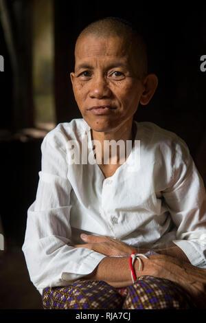 Siem Reap, Angkor, Tempel Tha Prom, eine Frau betet für dich und bindet dir dann ein Band um die Hand - Stock Image