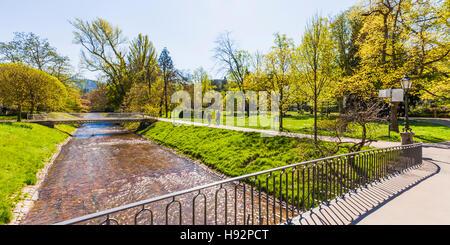 Deutschland, Baden-Württemberg, Schwarzwald, Baden-Baden, Lichtentaler Allee, Park, Parkanlage, Brücke - Stock Image