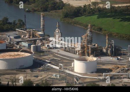 Oil refinery along river Pennsylvania - Stock Image