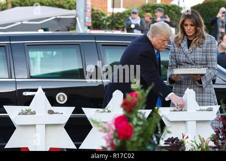 U.S President Donald Trump and first lady Melania Trump, place a stone from the White House on the memorial of those killed at the Tree of Life Synagogue October 30, 2018 in Pittsburgh, Pennsylvania. - Stock Image