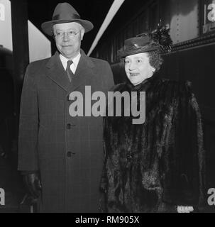 Senator Robert Taft and his wife Martha stand for photos while changing trains at Union Station in Chicago in 1947. - Stock Image