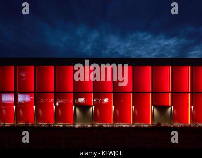 Night - illumination in red. Carmen Würth Forum, Künzelsau-Gaisbach, Germany. Architect: David Chipperfield - Stock Image
