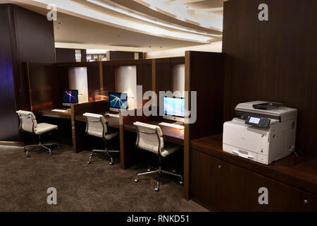 United Arab Emirates Abu Dhabi Airport, Terminal 3, Business Class Lounge, Business Cantre, iMac computers at desks - Stock Image