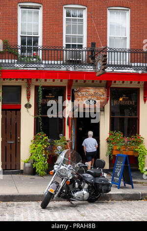 USA Baltimore Fells Point outside One Eyed Mikes bar tavern - Stock Image