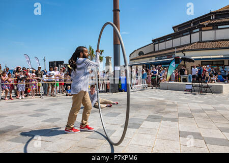 Bournemouth, UK. 7th July 2018. Street dancers at the seafront in Bournemouth during the July heatwave. Credit: Thomas Faull / Alamy Live News - Stock Image