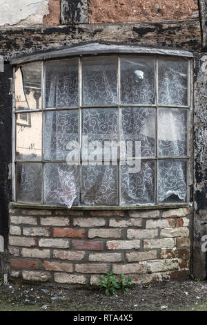 Leominster, Herefordshire. An old bow window with early 18c glass, including a 'bullseye' pane, in a quiet back street of this English country town - Stock Image