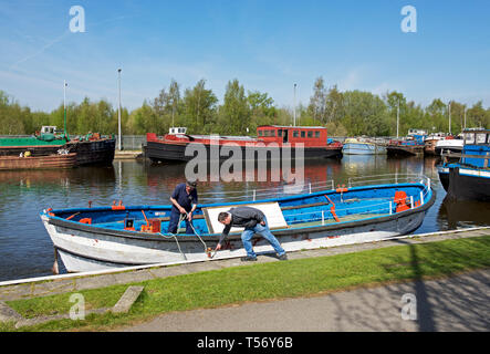 Men tying up boat, Goole Marina, Goole, East Yorkshire, England UK - Stock Image
