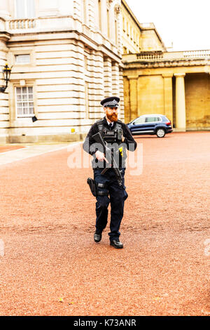 Armed police officer London UK, Armed police at Buckingham Palace, Armed police UK, armed police, armed police London, armed police officer policeman - Stock Image
