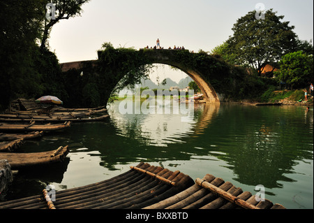 Dragon Bridge, Yulong River near Yangshuo, Guangxi, China. - Stock Image
