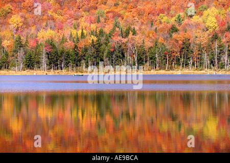 Fall folliage on Vermont lake - Stock Image