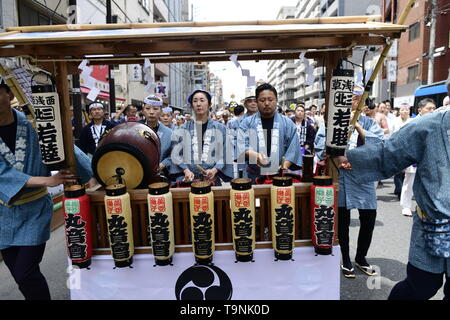 TOKYO, JAPAN - MAY 18: Participants clad in traditional happi coats play traditional music as they parade in the streets of Asakusa during Tokyo's one of the largest three day festival called 'Sanja Matsuri' on May 18, 2019 in Tokyo, Japan. A boisterous traditional mikoshi (portable shrine) is carried in the streets of Asakusa to bring good luck, blessings and prosperity to the area and its inhabitants. (Photo: Richard Atrero de Guzman/ AFLO) - Stock Image