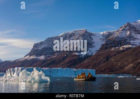 Greenland, Scoresby Sund, Gasefjord. Zodiac and icebergs. - Stock Image