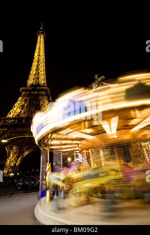 Ferris wheel and the Eiffel Tower at night - Stock Image