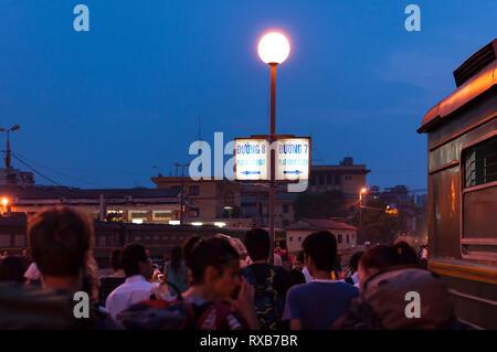 Passengers walking on train platform at Hanoi railway station (Ga Hà Nội) in early morning, Hanoi, Vietnam - Stock Image