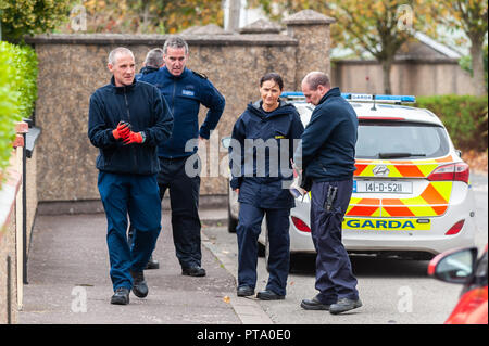 Macroom, West Cork, Ireland. 8th Oct, 2018. Members of the Garda Search Team arrive at Dan Corkery Place, Macroom, the location of the murder of 44 year old Timmy Foley. Photo: Andy Gibson. Credit: Andy Gibson/Alamy Live News - Stock Image