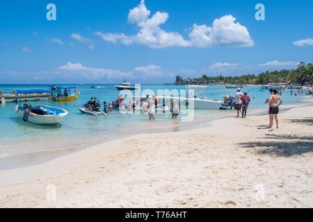 People enjoying the beautiful beach at West Bay Roatan Honduras on a perfect sunny day. - Stock Image