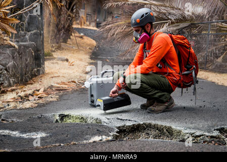 A U.S. Geological Survey volunteer uses a sulfur dioxide sensor to test the air quality in the Leilani Estates during the eruption of the Kilauea volcano May 19, 2018 in Pahoa, Hawaii. - Stock Image