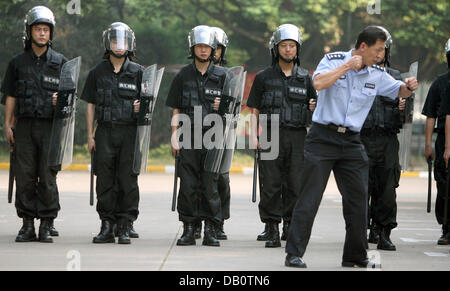 Chinese policemen are instructed during an exercise near Shanghai Stadium in Shanghai, China, 12 September 2007. - Stock Image