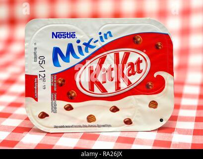 Nestle Kit Kat chilled dessert retail pack - Stock Image