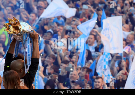 Manchester City's Vincent Kompany lifts the premier league trophy during the trophy parade in Manchester. - Stock Image
