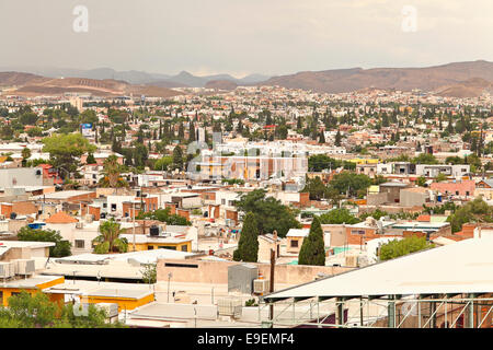 Elevated view of Chihuahua City, Mexico with downtown, neighborhoods and mountains in the background. - Stock Image