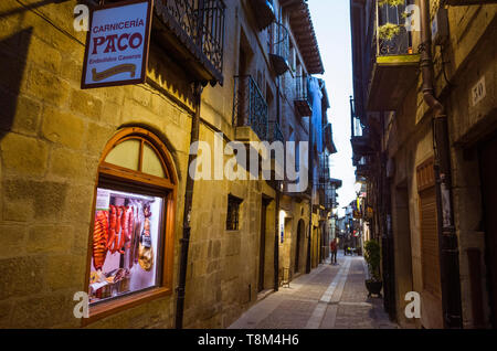 Laguardia, Álava province, Basque Country, Spain : Narrow alley illuminated at dusk in the historic town of Laguardia in the Rioja Alavesa. Incidental - Stock Image
