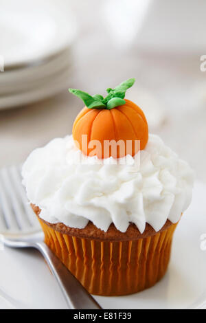 Pumpkin spice cupcake with vanilla frosting - Stock Image