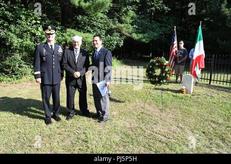 "Maj. Gen. Walter E. Piatt, 10th Mountain Division (LI) and Fort Drum commanding general, joins Quirino Augusto ""Augie"" Alteri and his son Pail Alteri at the POW Cemetery outside of Fort Drum, New York. Members of the Alteri family and representative of Fort Drum gathered Aug. 24 for a wreath-laying ceremony to honor the sole Italian prisoner of war buried there. This renews a tradition the Alteri family started in 1985 to coincide with the annual Bravo Italiano Festival in Watertown, New York. (Phot by Mike Strasser, Fort Drum Garrison Public Affairs) - Stock Image"
