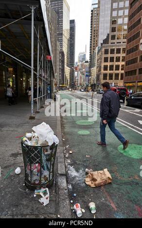 Trash bin full of garbage in Manhattan streets - Stock Image