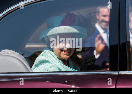 Windsor, UK. 21st April 2019. The Queen smiles as she leaves St George's Chapel in Windsor Castle following the Easter Sunday service. Credit: Mark Kerrison/Alamy Live News - Stock Image
