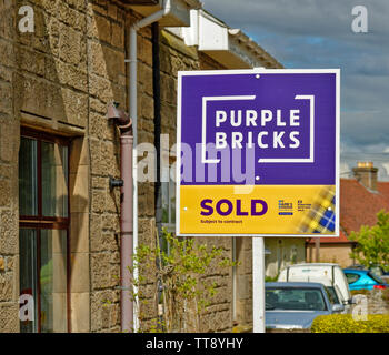 PURPLE BRICKS ON LINE ESTATE AGENCY SOLD SUBJECT TO CONTRACT SIGN OUTSIDE A PROPERTY - Stock Image