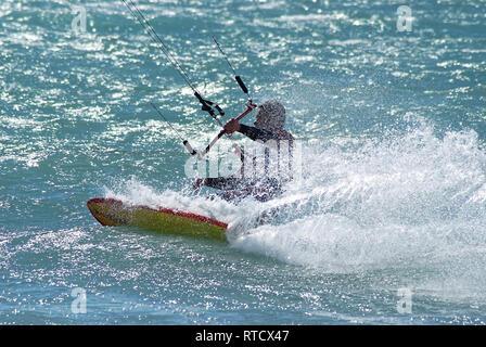 Kite surfeur dans son sillage - Stock Image
