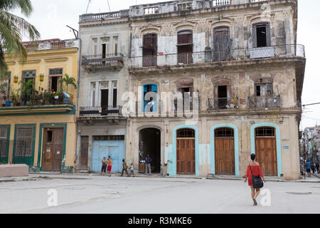 Cuba, Havana, Old Havana. Old apartment building. Credit as: Wendy Kaveney / Jaynes Gallery / DanitaDelimont.com - Stock Image