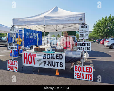 Hot boiled peanuts vendor stand at a local farmer's market in Montgomery Alabama, USA. This is a favorite favorite southern snack. - Stock Image