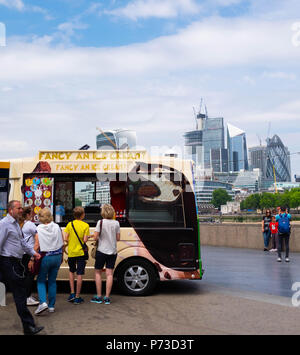 London, England. 4th July 2018. Ice cream on sale near London's Tower Bridge on another very hot day. The present heatwave is set to continue. ©Tim Ring/Alamy Live News - Stock Image