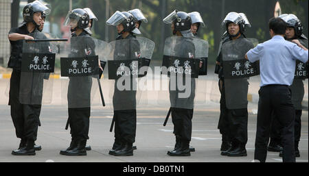 Chinese policemen stand in a row during an exercise at Shanghai Stadium in Shanghai, China, 12 September 2007. Among - Stock Image