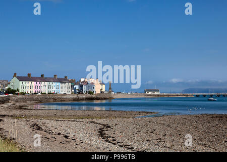 Row of cottages on the shoreline, Beaumaris, Anglesey, Wales - Stock Image