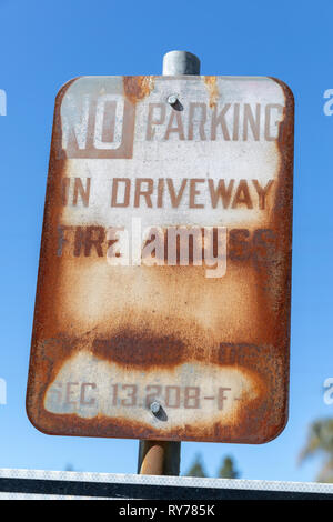 'No Parking in Driveway – Fire Access', rusty sign; California, USA - Stock Image