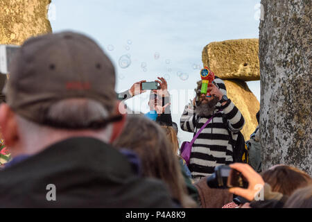 Stonehenge, Amesbury, UK, 21st June 2018,   Someone photographing the bubbles at the summer solstice  Credit: Estelle Bowden/Alamy Live News. - Stock Image