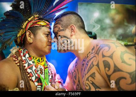 Palmas, Brazil. 27th Oct, 2015. Maori delegate Earl greets a Pataxo delegate in the traditional Maori way at the - Stock Image