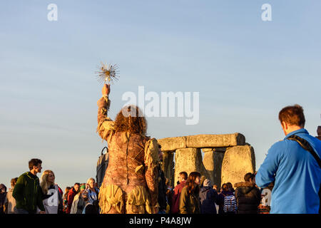 Stonehenge, Amesbury, UK, 21st  June 2018,   Woman raising a sun symbol to the sky at the summer solstice  Credit: Estelle Bowden/Alamy Live News. - Stock Image