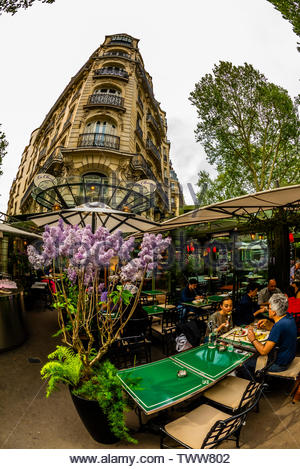 The outdoor terrrace of La Closerie des Lilas (with pots of its namesake Lilacs), a cafe/brasserie/restauraunt on Boulevard Montparnasse, Paris, Franc - Stock Image