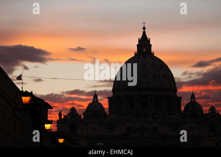 Sunset over the dome of Saint Peter's Basilica in Vatican City in Rome, Lazio, Italy. - Stock Image