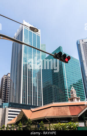 Red stop light at junction of Cross street and Robinson road. Central Business District, Singapore - Stock Image