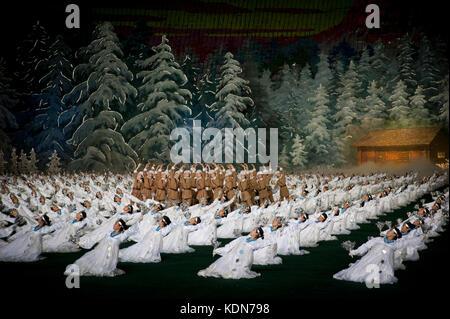 Les plus grandes manifestations Nord coréennes se déroulent dans le plus grand stade du monde. Les Arirangs - Stock Image