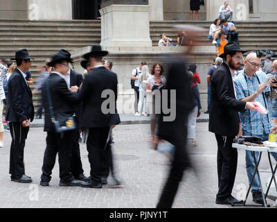 New York, United States of America. 07th, Sep 2018.   A group of Jewish Orthodox works chippers, of the  Lubavitcher sect of the Hasidim, the ultra-orthodox in Wall Street area, reach out to non observant and alienated Jews. in New York, United States of America, 07 September 2018. (PHOTO) Alejandro Sala/Alamy News - Stock Image