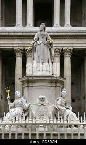 Queen Anne's Statue in Front of St Paul's Cathedral, West Front Entrance, Ludgate Hill, City of London, - Stock Image